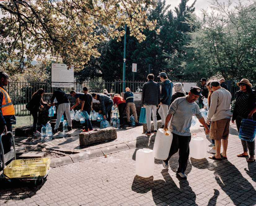 « Pont d'eau, Newlands, Le Cap, Afrique du Sud, 2018. » Si les robinets avaient dû être coupés, la municipalité s'était alors engagée à fournir 25 litres d'eau par personne.