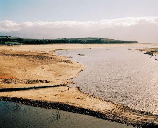 Pratiquement à sec, le barrage de Theewaterskloof, en Afrique du Sud, constitue une des principales sources d'alimentation en eau du Cap.