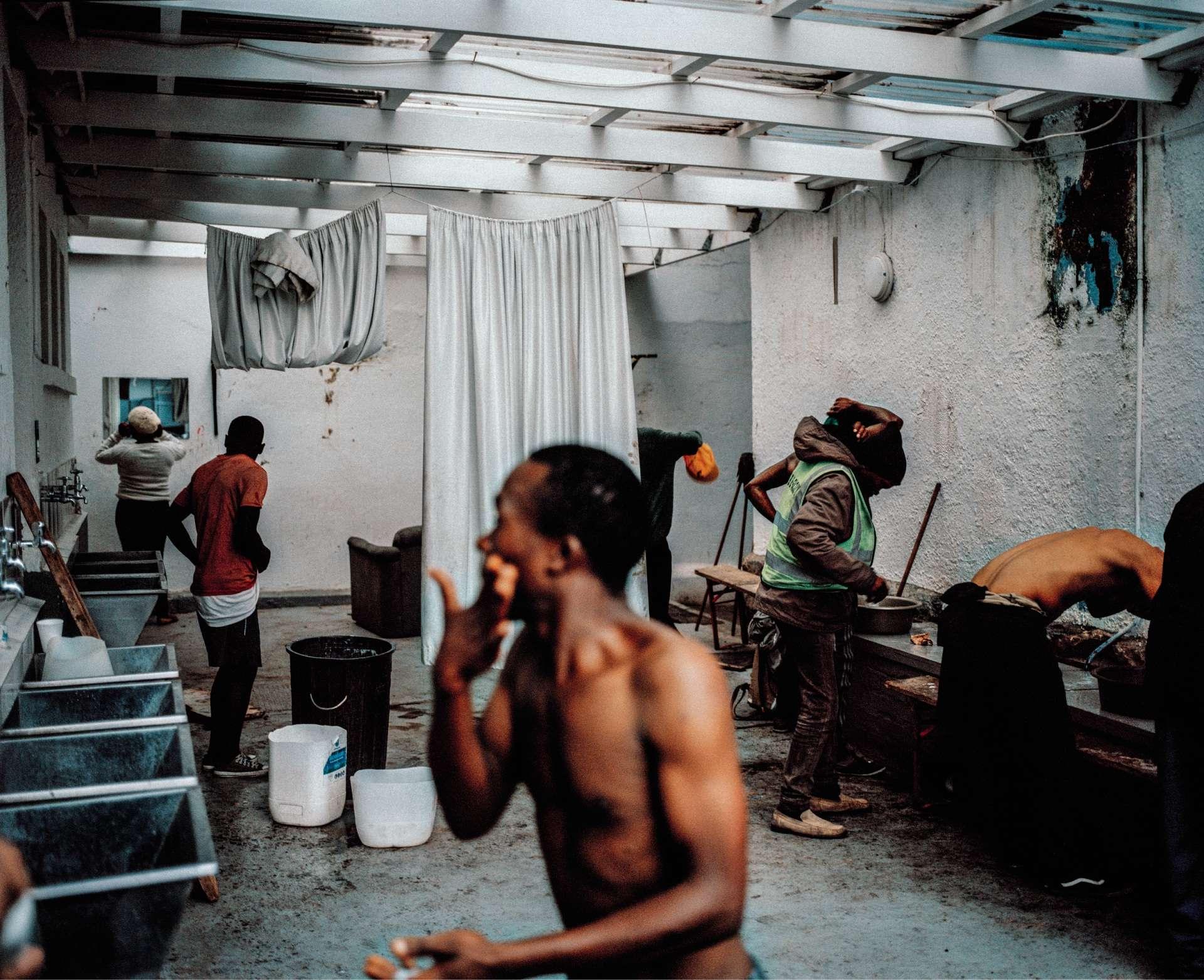 « Bains publics improvisés dans la boutique d'un charpentier, Le Cap, Afrique du Sud, 2018.» L'accès à l'eau se raréfiant, un charpentier a créé un coin pour que les personnes sans domicile fixe puissent se rafraîchir.