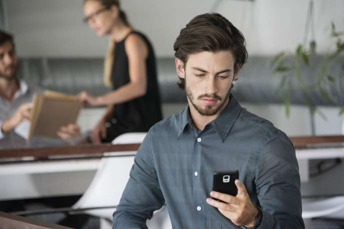 «Le portable a envahi le sol de l'Oncle Sam. Une étude du groupe Flurry montre que l'Américain moyen passe cinq heures par jour sur son téléphone. »