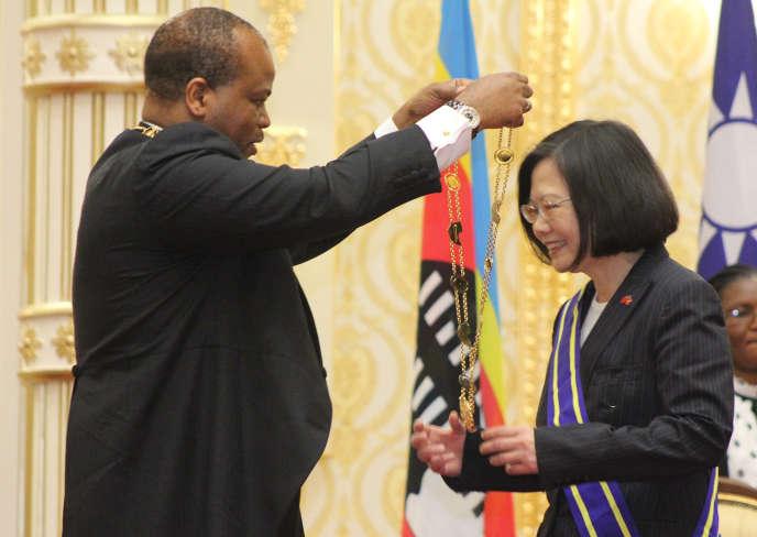 Le roi de l'eSwatini, Mswati III, décore la présidente de Taïwan, Tsai Ing-wen, à Manzini, le 18 avril.