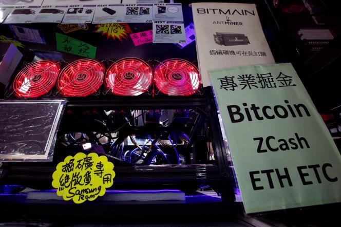 Un ordinateur de « minage» de bitcoin installé dans un centre commercial de Hongkong, le 17 mai.
