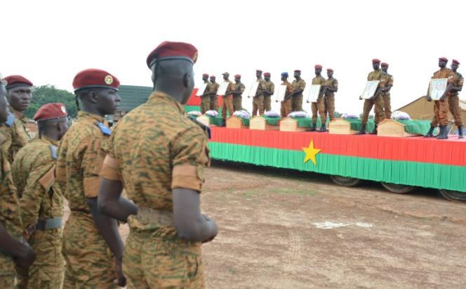Lors des funérailles, le 31août 2018, de sept soldats tués par l'explosion d'un engin artisanal contre leur véhicule à Pama, dans l'est du Burkina Faso.