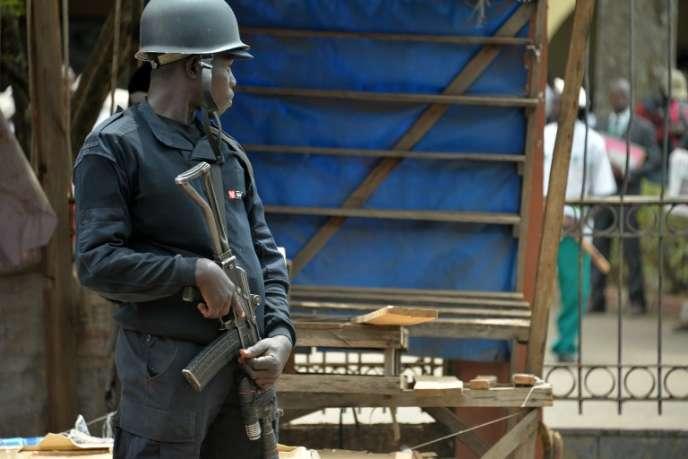 Un policier à Bamenda, au Cameroun, en février 2018.