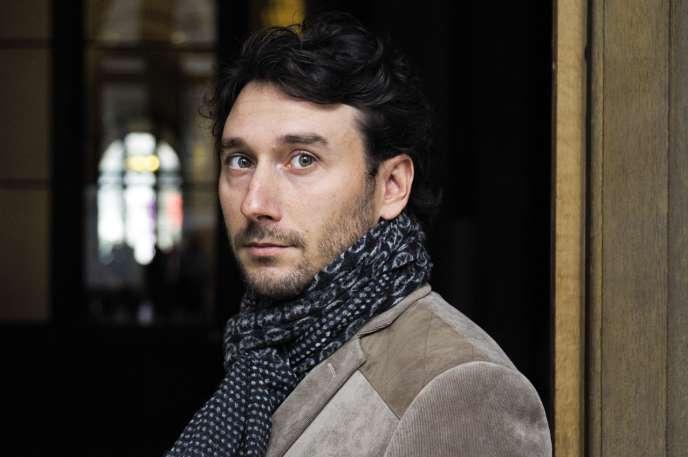 Né en 1977, l'écrivain François Médéline doit sa connaissance du monde politique à son travail de plume pour des parlementaires.