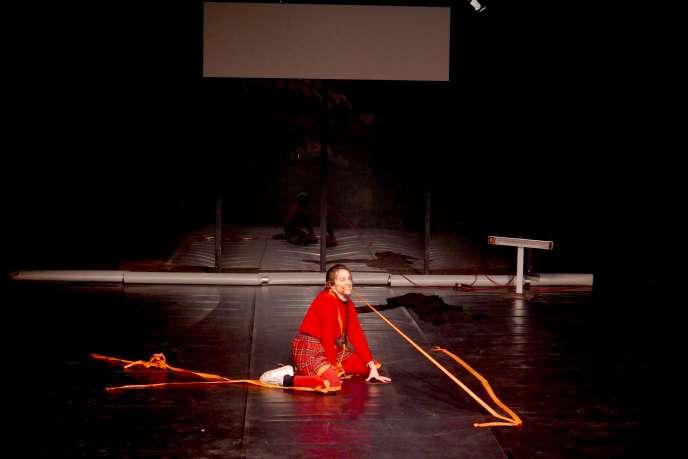 La performeuse Helena de Laurens dans« Le Grand Sommeil», de Marion Siéfert.