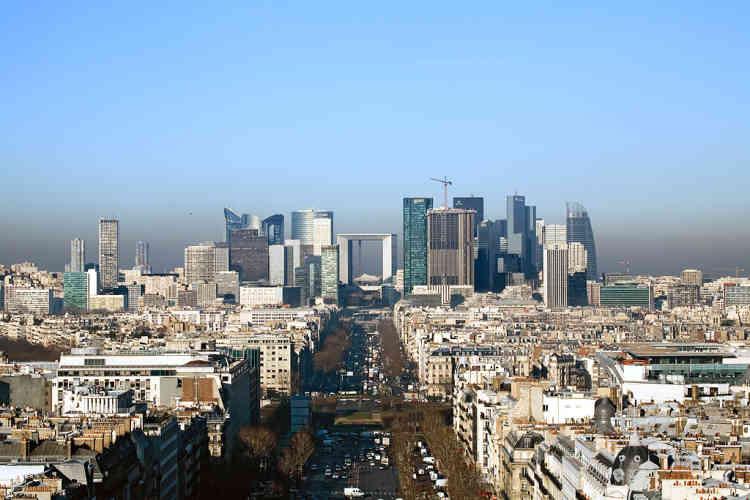 Au début des années 2000, la Défense s'engage dans un plan de construction de nouvelles tours et de rénovation de ses plus anciens bâtiments.