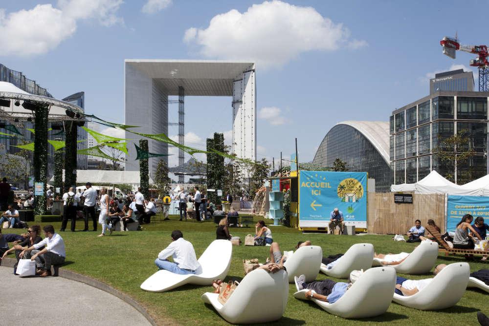 La Défense veut désormais se transformer en véritable lieu de vie et tente d'attirer des publics différents: jeunes, start-up, créatifs... Elle réamnénage ses sous-sols et développe son offre de bars, de restaurants et de lieux de divertissement.