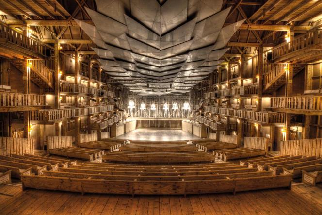 La salle de concert, la Grange au lac, est faite de cèdre rouge, de pin et de bouleau.