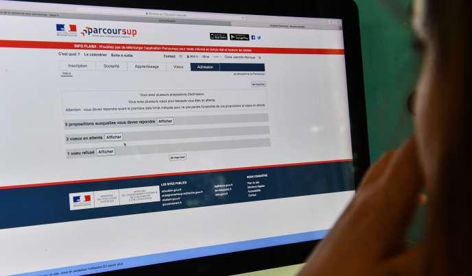 Une jeune femme consulte la plate-forme en ligne Parcoursup, qui permet de s'orienter vers les études supérieures.