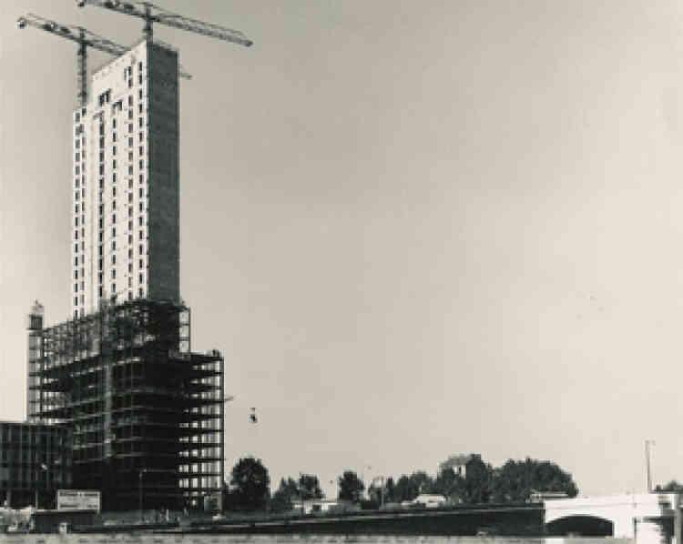 Désormais appellée tour Initiale, elle est la première du site, achevée juste avant la tour Esso. La commande avait été réalisée parla Centrale de dynamite, l'une des sociétés créée par Alfred Nobel.