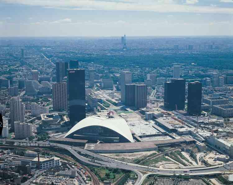 En 1973, 600000m² de bureaux sont vides à la Défense. Le site subit la crise économique. Les tours sont contestées. Les constructions sont presque au point mort.