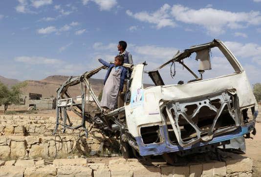 Abdullah Al-Khawlani et son fils ont survécu à un raid aérien de la coalition arabe menée par l'Arabie saoudite auYémen, le 4 septembre 2018.