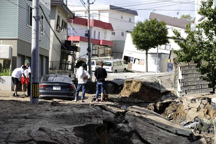 Une rue de la ville de Sapporo après le séisme de magnitude 6,6 qui a frappé l'île d'Hokkaido, au Japon, le 6 septembre.