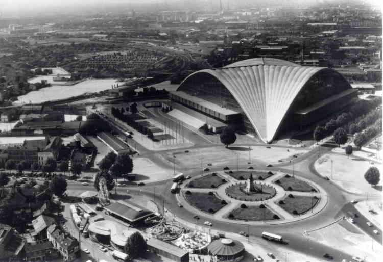 Le Centre des nouvelles industries et technologies (CNIT), une initiative privée, est le premier édifice construit sur le site. Ce centre de conférences à la célèbre voûte est inauguré le 12septembre 1958.