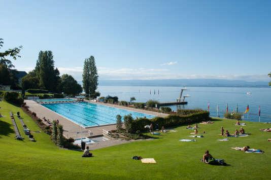 La piscine municipale, les pieds dans l'eau du lac...