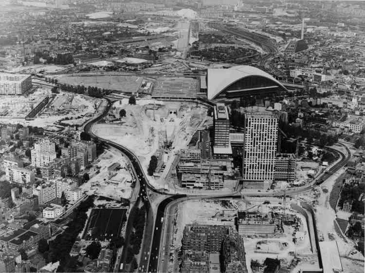 La Défense se connecte au reste de l'Ile-de-France. En février 1970, le RER relie la Défense à la place de l'Etoile en moins de cinq minutes