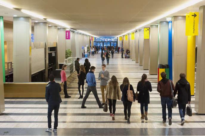 Le grand hall de la faculté de droit de l'université Paris-2. Le coût de la rentrée est plus élevée pour les étudiants en Ile-de-France, du fait des loyers supérieurs à ceux pratiqués dans les autres régions.