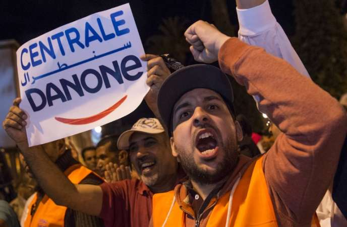 Des employés de Centrale Danone, filiale marocaine du groupe français Danone, manifestent contre le boycott de la marque, à Rabat, le 5juin 2018.