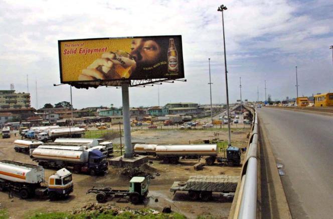 Publicité pour une bière produite par une filiale de Heineken à Lagos, au Nigeria, en 2002.