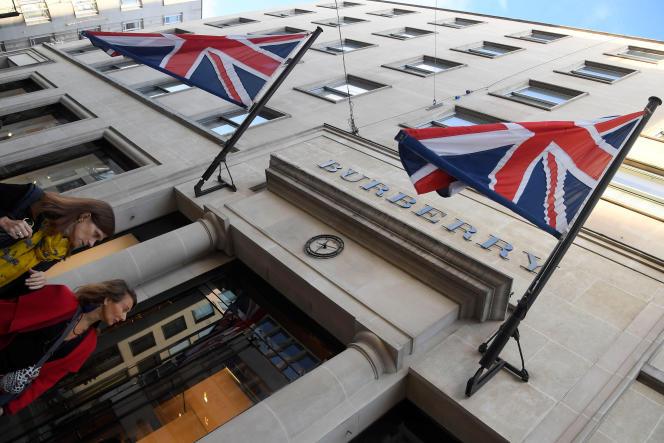 Devant le magasin Burberry dans le centre de Londres (Grande-Bretagne), en novembre 2017.