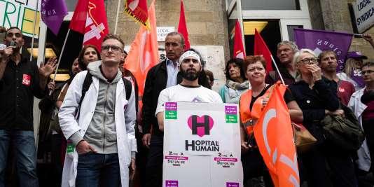 Des employés d'hôpitaux psychiatriques ont manifesté devant l'hôpital Sainte-Anne à Paris, le 6 septembre 2018.
