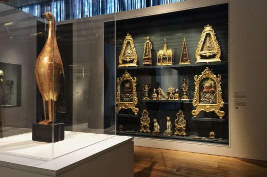 L'«Oiseau d'or», d'Ossip Zadkine et vitrine avec divers objets dans le cadre de l'exposition« Or» au Mucem, jusqu'au 10 septembre 2018.