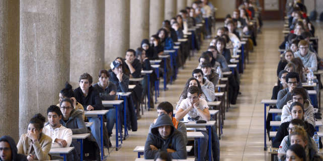 First year medical students get ready to pass their first semester examination on December 11, 2012 at Marseille's medical university of La Timone. AFP PHOTO / ANNE-CHRISTINE POUJOULAT / AFP PHOTO / ANNE-CHRISTINE POUJOULAT