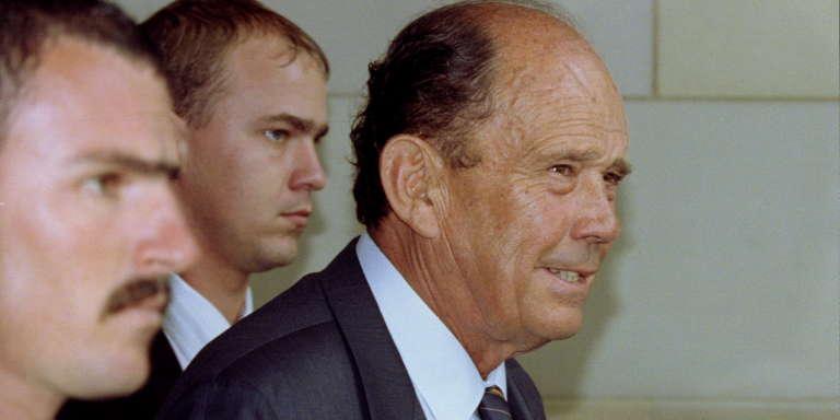 L'ancien ministre sud-africain de la défense, Magnus Malan, protégé par ses gardes du corps, en 1987.