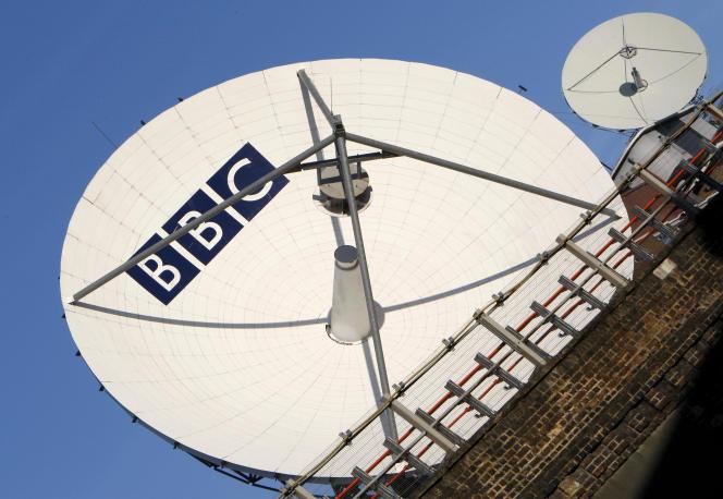 Une parabole de réception satellite de la BBC, à Londres, le 18 octobre 2017.
