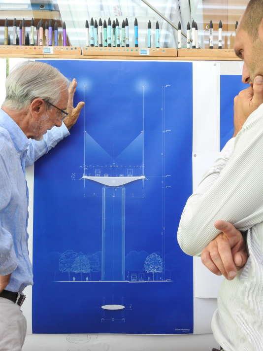 Renzo Piano (à gauche) devant ses plans du pont dans son agence de Punta Nave, à l'extrémité ouest de Gênes.
