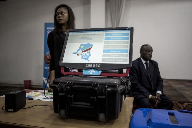 Présentation d'une machine à voter à Kinshasa, en février 2018.