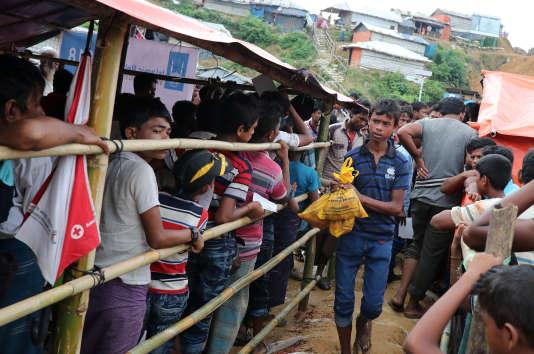 Distribution de nourriture dans un camp de réfugiés Rohingya, à Cox's Bazar (Bangladesh), le 23 août.