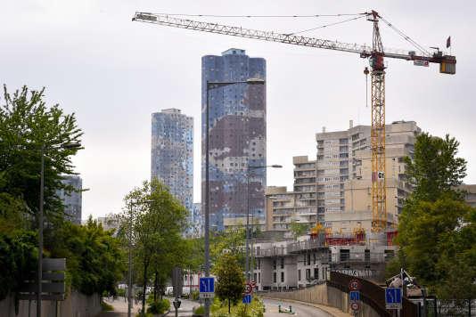 La France n'est pas en reste, question architecture «déficiente sur le plan esthétique». Un exemple souvent cité est celui des grands ensembles à Nanterre, avec ses immeubles« Nuages».
