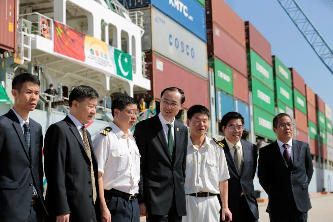 L'ambassadeur chinois au Pakistan, Sun Weidong (centre), avec des membres de son équipe, lors du départ du premier containeur chinois du port de Gwadar, au Pakistan, le 13 novembre 2016.