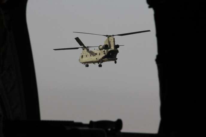 Un hélicoptère américain, avec à bord le secrétaire d'Etat à la défense, James Mattis, au-dessus de Kaboul, le 7 septembre.