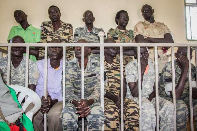 Des soldats sud-soudanais accusés de meurtre et de viols attendent leur jugement par une cour martiale à Juba, le 6septembre 2018.