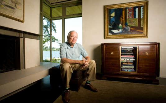 Le collectionneur Barney A.Ebsworth chez lui, avec en arrière-plan le tableau d'Edward Hopper,«Chop Suey» (1929), et à gauche, un détail de l'œuvre d'Arshile Gorky,« Good Afternoon, Mrs. Lincoln» (1944). Phorographié par Brian Smale.