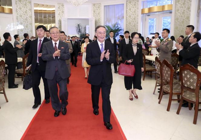 L'ambassadeur de la Corée du Nord en Chine, Chi Jae Ryong, et le vice-président chinois, Wang Qishan, lors d'une réception durant la commémoration des 70 ans de Pyongyang.