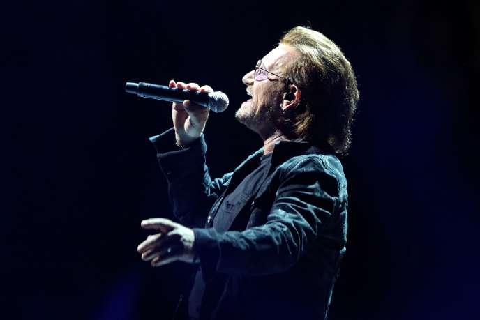 Bono sur la scène de l'AccorHotels Arena de Paris, le 8 septembre.
