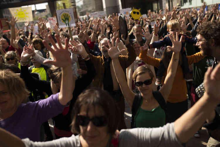 A Bruxelles, un rassemblement organisé devant le Parlement européen samedi a réuni environ un millier de personnes selon les organisateurs (Greenpeace et la Coalition Climat, collectif d'associations et d'ONG de la société civile belge).
