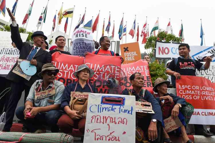 A Bangkok, près de 200 manifestants se sont réunis devant le siège régional de l'ONU où est organisée jusqu'à dimanche une réunion de préparation du prochain sommet sur le climat, dit COP24, prévu en Pologne dans trois mois.
