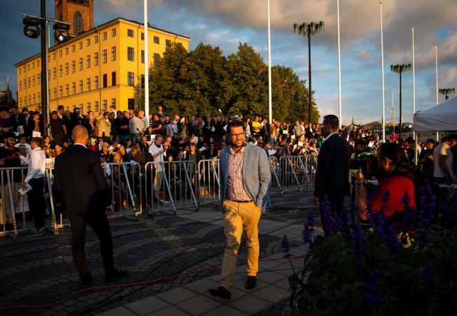Jimmie Akesson, chef des Démocrates de Suède (SD), parti d'extrême droite,en campagne dans les rues de Stockholm, le 8 septembre 2018.