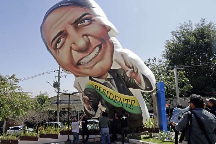 Les sympathisants de Jair Bolsonaro, devant l'hôpital de Sao Paulo où il a été admis, le 6 septembre.