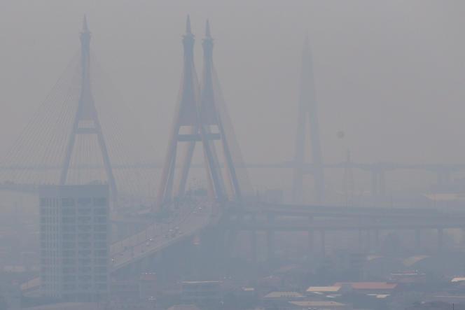 Le pont Bhumibol à Bangkok (Thaïlande) le 15 février 2018, à travers la pollution atmosphérique