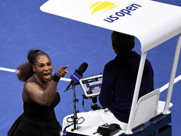 Serena Williams défiant l'arbitre portugais Carlos Ramos, le 8septembre, lors de la finale dames de l'US Open de New York.