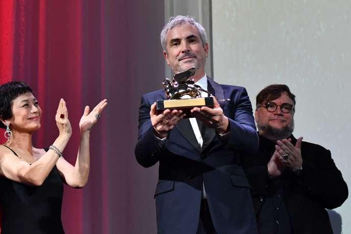 Le cinéaste mexicain Alfonso Cuaron reçoit le Lion d'or, à Venise, le 8 septembre.
