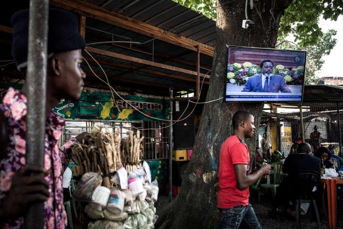 Des habitants de Kinshasa se retrouvent dans un bar pour regarder l'intervention du président congolais, Joseph Kabila, le 19 juillet 2018.