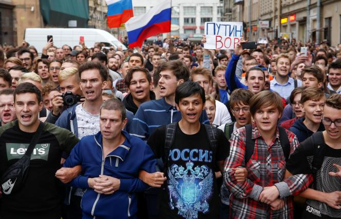Lors de la manifestation contre la réforme des retraites, à Saint-Pétersbourg (Russie), le 9 septembre.