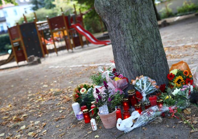 Plusieurs personnes sont venues déposer des fleurs, dimanche 9 septembre à Köthen, où un jeune Allemand a été tué.